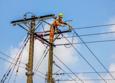 Nhân viên điện lực huyện Dương Minh Châu làm việc dưới trời nắng gắt để đưa điện đến mọi nhà. Ảnh: Giang Phương