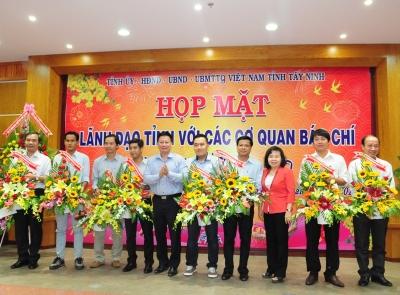 Lãnh đạo tỉnh Tây Ninh tặng hoa chúc mừng các cơ quan báo chí trong và ngoài tỉnh nhân dịp đón Xuân Đinh Dậu 2017.