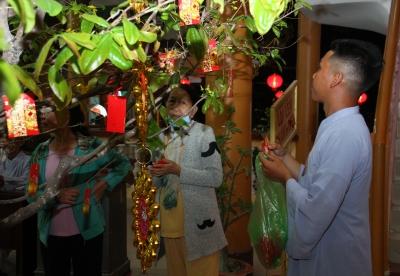 Sau thời khắc giao thừa nhiều người dân thành phố Tây Ninh đến chùa Kim Long để hái lộc cầu phúc, cầu an đầu năm mới.
