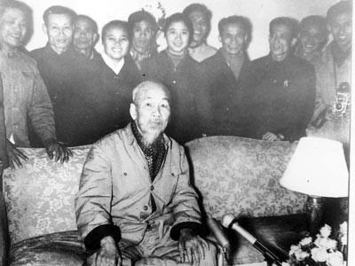 9h45 ngày 6/2/1969, trong phòng khách nhỏ ở Phủ Chủ tịch, Bác Hồ đọc lời chúc mừng năm mới. Đài Tiếng nói Việt Nam đến thu thanh (Ảnh tư liệu)