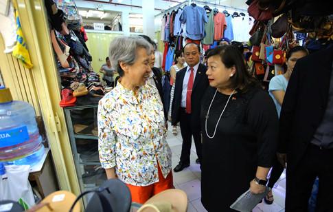 Phu nhân Thủ tướng Lý Hiển Long giản dị tham quan mua sắm tại Saigon Square - ảnh 1