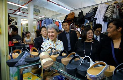 Phu nhân Thủ tướng Lý Hiển Long giản dị tham quan mua sắm tại Saigon Square - ảnh 2