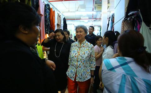 Phu nhân Thủ tướng Lý Hiển Long giản dị tham quan mua sắm tại Saigon Square - ảnh 3