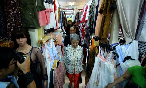 Phu nhân Thủ tướng Lý Hiển Long giản dị tham quan mua sắm tại Saigon Square - ảnh 4