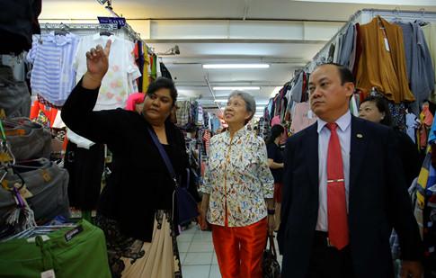 Phu nhân Thủ tướng Lý Hiển Long giản dị tham quan mua sắm tại Saigon Square - ảnh 5