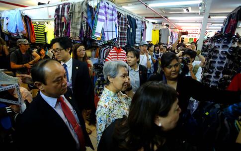 Phu nhân Thủ tướng Lý Hiển Long giản dị tham quan mua sắm tại Saigon Square - ảnh 6