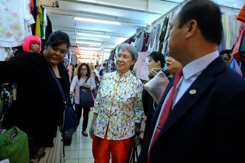 Phu nhân Thủ tướng Lý Hiển Long giản dị tham quan mua sắm tại Saigon Square - ảnh 7