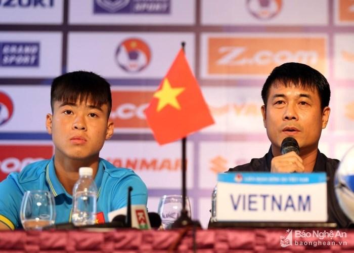 HLV Hữu Thắng và Duy Mạnh tham gia họp báo. Ảnh: Dũng Nguyễn
