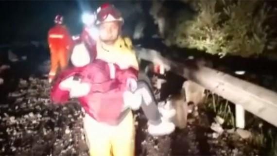 Lực lượng cứu hộ tham gia cứu nạn nhân bị động đất