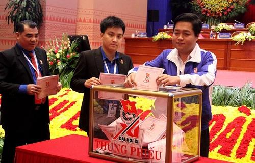 Các đại biểu tham gia bầu cử sáng 12/12. Ảnh: T.T
