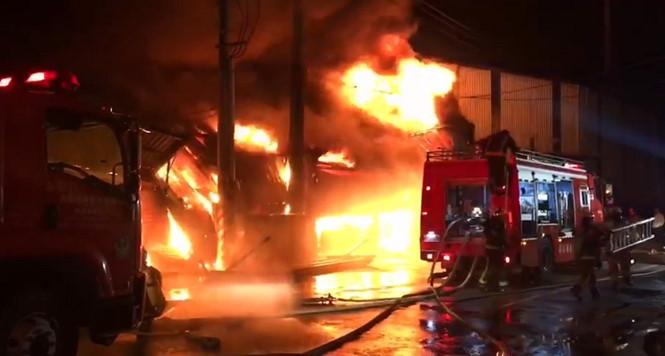 Đám cháy kinh hoàng tại khu nhà ở của lao động người Việt ở Đài Loan vào sáng 14.12  /// Chụp từ clip