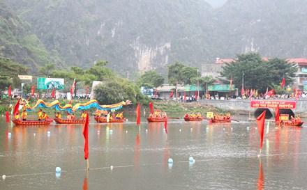 Hội thi chèo thuyền.