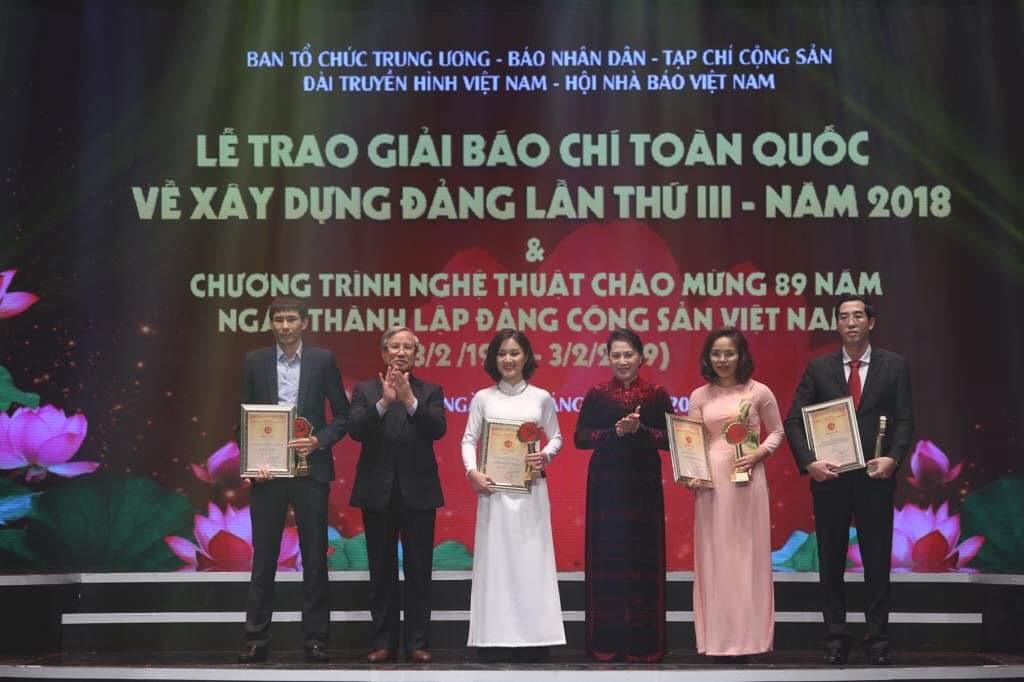 Chủ tịch Quốc hội Nguyễn Thị Kim Ngân và Thường trực Ban Bí thư Trần Quốc Vượng trao giải cho các tác giả đoạt Giải A. Ảnh: VGP/Nhật Bắc