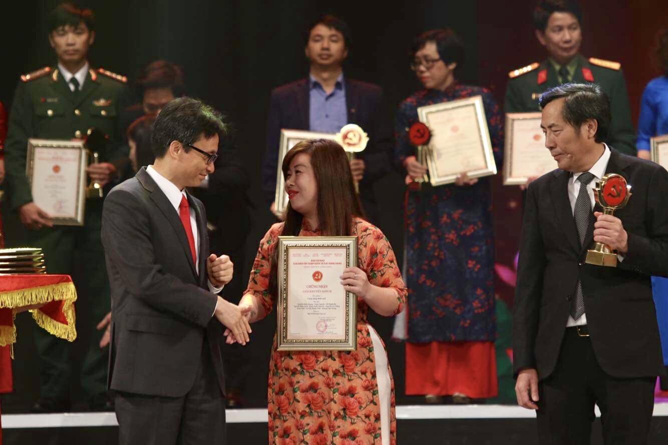 Phó thủ tướng Vũ Đức Đam trao giải cho tác giả Dương Phương Liên (Báo điện tử Chính phủ) đoạt giải Khuyến khích. Ảnh: VGP/Nhật Bắc
