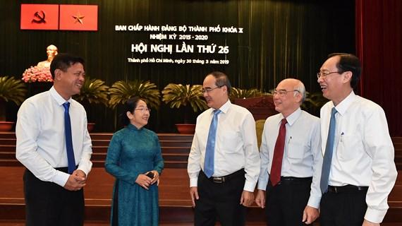 Description: Đồng chí Nguyễn Thiện Nhân, Bí thư Thành ủy TPHCM trao đổi cùng các đại biểu tại hội nghị. Ảnh: VIỆT DŨNG