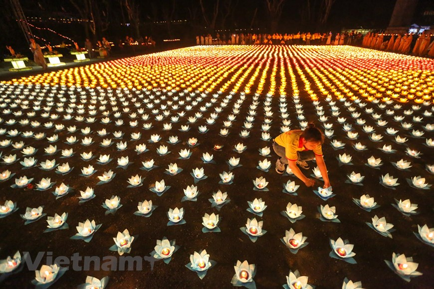 Tam Chúc bừng sáng trong đêm hoa đăng cầu nguyện hòa bình thế giới