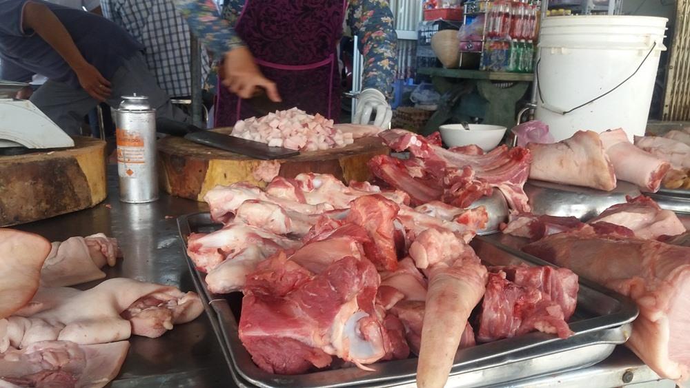 Description: Dịch tả lợn Châu Phi xuất hiện ở nhiều tỉnh giáp rãnh TPHCM khiến người dân lo lợn bệnh tuồn vào chợ
