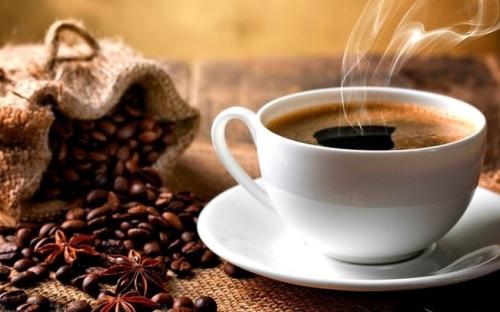 Bạn không nên uống cà phê khi bụng đói. Ảnh: Shutterstock.