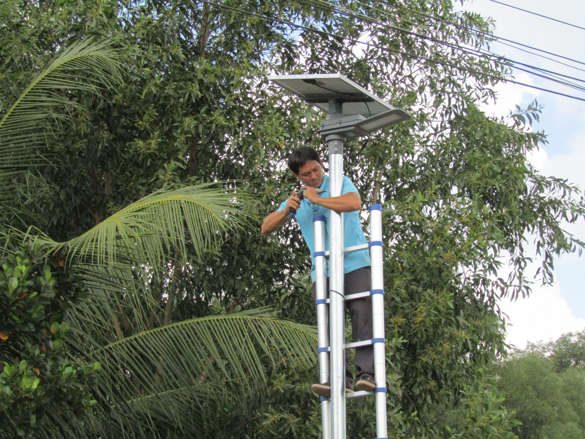 lắp đèn chiếu sáng không cần điện dùng năng lượng mặt trời tại chà là trần phán đầm dơi cà mau