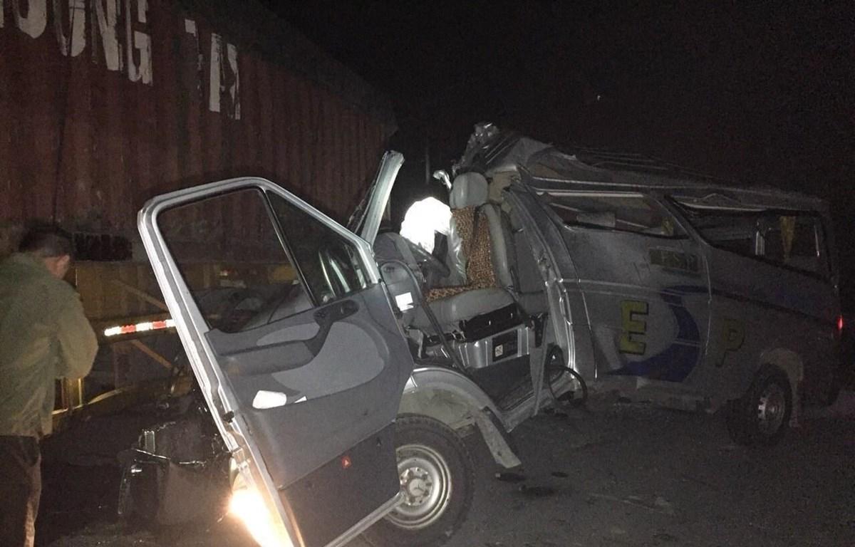 Description: Hiện trường vụ tai nạn giao thông nghiêm trọng. (Ảnh: Đinh Tuấn/TTXVN)