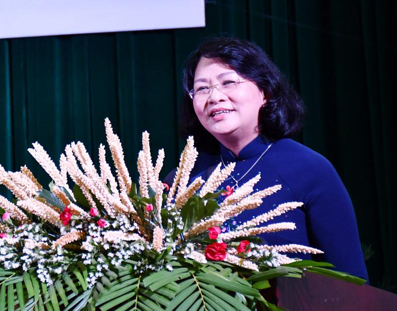 Description: Phó chủ tịch nước Đặng Thị Ngọc Thịnh chụp ảnh cùng các đại biểu Trung ương và địa phương tại hội thảo. Ảnh: Hữu Hiệp