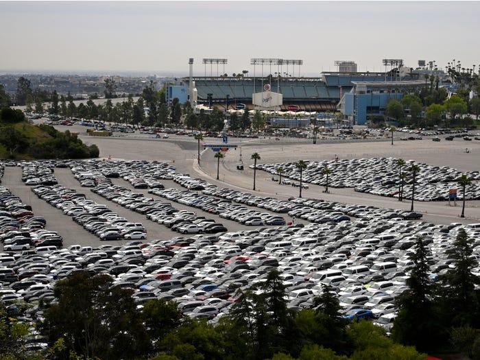 Hàng chục nghìn ôtô cho thuê bỏ không trên cánh đồng