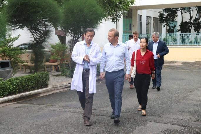 Description: Đại sứ Anh cảm ơn các bác sĩ Việt Nam trong điều trị Covid-19 - Ảnh 1.
