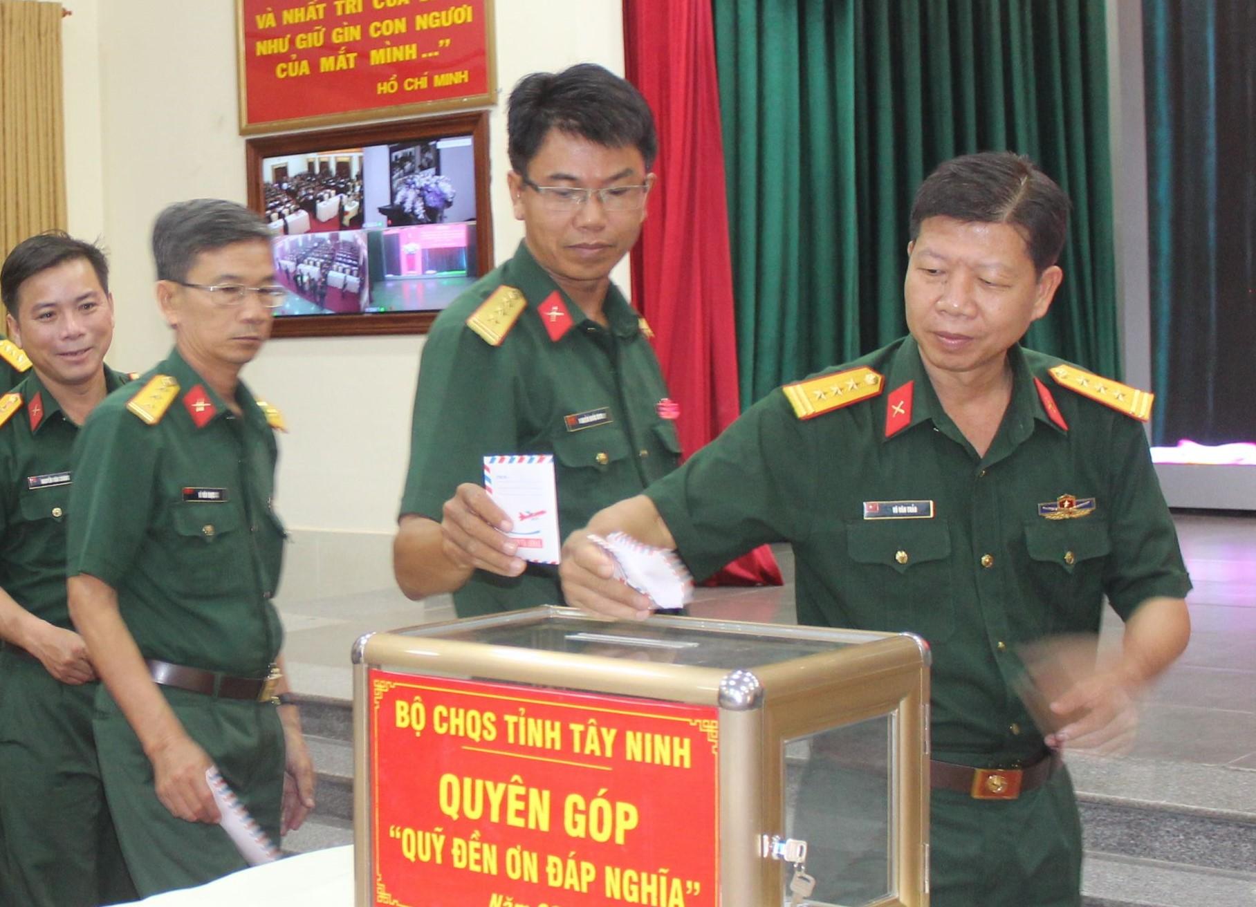 """Cán bộ, chiến sĩ, quân nhân chuyên nghiệp, công nhân viên quốc phòng LLVT Tây Ninh đóng góp cho Quỹ """"Đền ơn đáp nghĩa"""". Ảnh minh hoạ: Sơn Tòng"""
