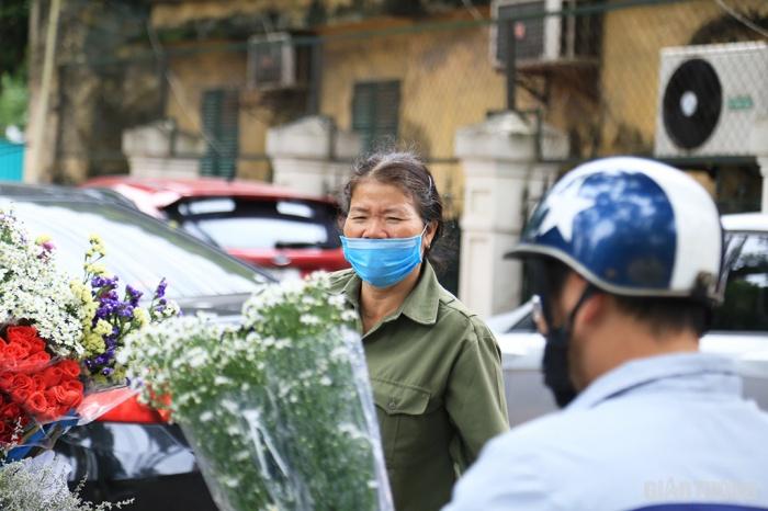 """Những người phụ nữ """"gánh hàng hoa"""" trong ngày 20/10"""