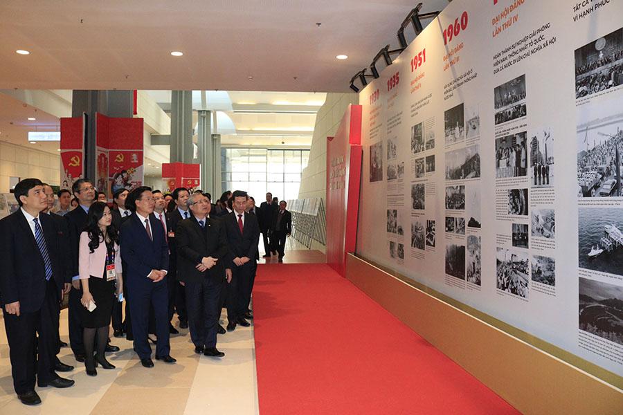 Đồng chí Trần Quốc Vượng và các đồng chí lãnh đạo thăm quan triển lãm ảnh của TTXVN.