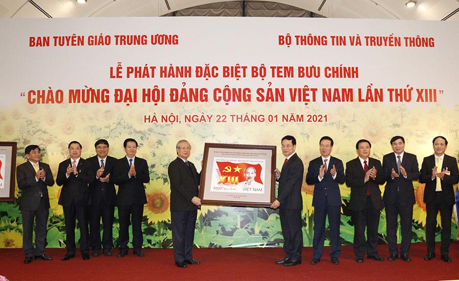 Hình ảnh tại buổi Lễ phát hành bộ tem đặc biệt.