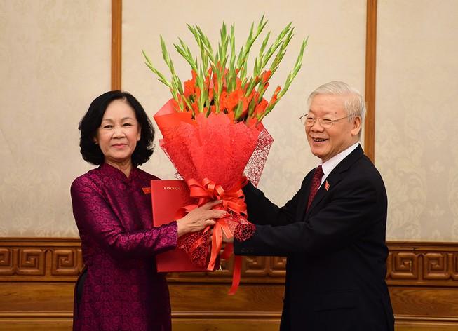 Tổng Bí thư Nguyễn Phú Trọng trao quyết định cho tân Trưởng ban Tổ chức Trung ương Trương Thị Mai. Ảnh: CTV