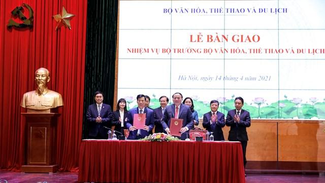 Nguyên Bộ trưởng Nguyễn Ngọc Thiện và Bộ trưởng Nguyễn Văn Hùng đã ký Biên bản bàn giao nhiệm vụ. Ảnh: Minh Khánh.