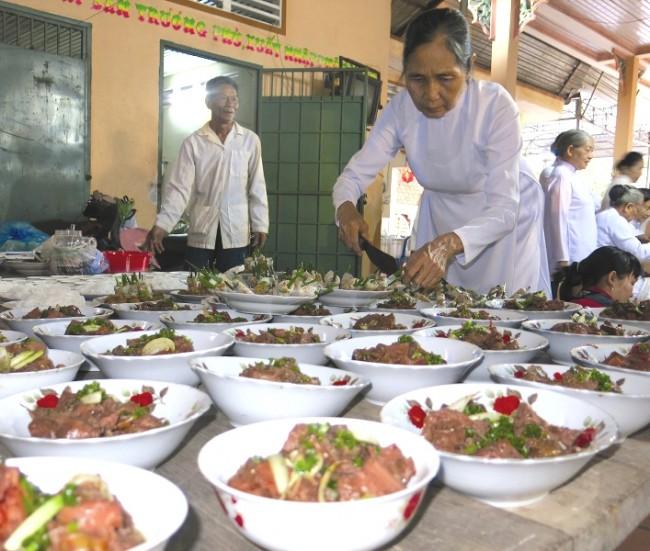 Thức ăn được chuẩn bị để đãi từ 30 - 50 bàn.