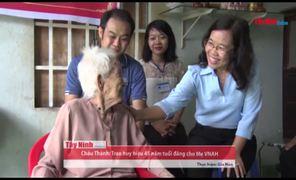 [Video] Trao tặng huy hiệu Đảng cho mẹ VNAH Lê Thị Sum