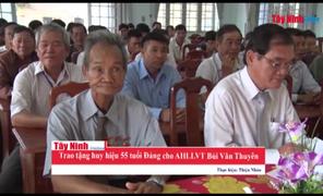 Trao huy hiệu 50 năm tuổi Đảng cho anh hùng LLVT Bùi Văn Thuyên
