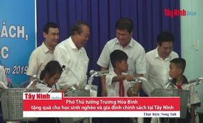 Phó Thủ tướng Trương Hòa Bình tặng quà cho học sinh nghèo và gia đình chính sách ở Tây Ninh