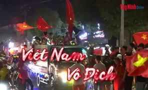 Hàng ngàn người hâm mộ xuống đường mừng chiến thắng của đội tuyển U22 Việt Nam