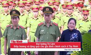 Đại tướng Tô Lâm thắp hương và tặng quà cho gia đình chính sách tại Tây Ninh