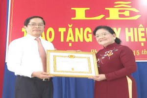 Nguyên Bí thư Tỉnh uỷ Tây Ninh Nguyễn Thị Minh nhận Huy hiệu 55 năm tuổi Đảng