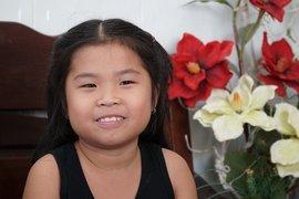Bé gái 8 tuổi hay cười, uốn lưỡi hoa mai gây sốt trên mạng