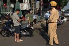 Không đeo khẩu trang khi ra đường, nhiều người bị phạt 200.000 đồng