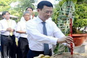 Bộ trưởng Bộ Thông tin và Truyền thông dâng hương tại Nghĩa trang liệt sĩ ngành Giao bưu Thông tin
