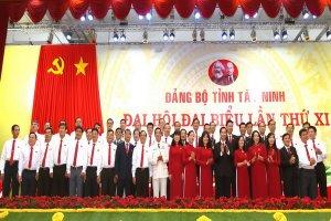 Bí thư Tỉnh uỷ Nguyễn Thành Tâm cùng tập thể Ban Chấp hành Đảng bộ tỉnh ra mắt Đại hội