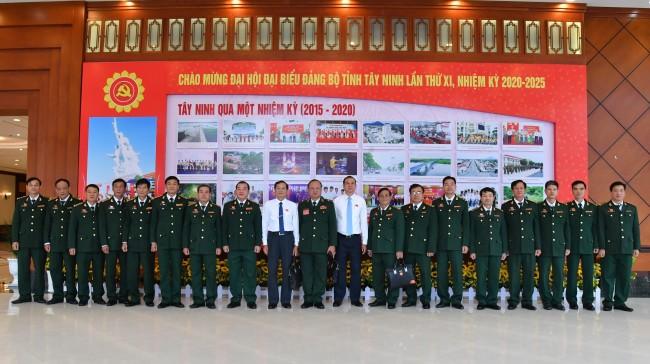 Thiếu tướng Nguyễn Hoài Phương cùng Phó Chủ tịch UBND tỉnh Dương Văn Thắng chụp ảnh lưu niệm cùng đoàn đại biểu Bộ đội biên phòng tỉnh.