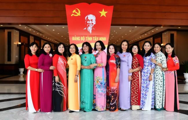 Các nữ đại biểu thuộc Đảng uỷ Khối Cơ quan và doanh nghiệp tỉnh chụp hình lưu niệm cùng Trưởng ban Tổ chức Tỉnh uỷ Nguyễn Thị Yến Mai.