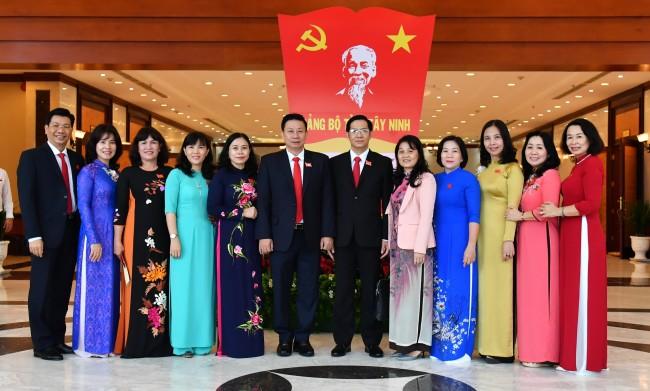Lãnh đạo tỉnh chụp hình lưu niệm cùng các đại biểu nữ.