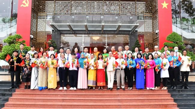 Đoàn đại biểu khối đại đoàn kết toàn dân tộc đến tặng lẵng hoa và chúc mừng Đại hội.