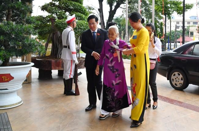 Bí thư Tỉnh uỷ Nguyễn Thành Tâm đón Mẹ Việt Nam anh hùng đến dự đại hội.