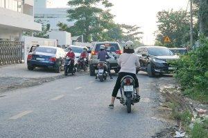 Cần phân luồng giao thông vào giờ cao điểm đường Lộ Chánh Môn A và Huỳnh Công Giản